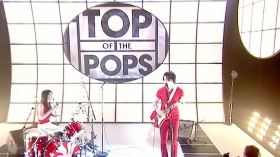 """Vídeo: The White Stripes toca """"Fell in Love with a Girl"""" no Top of the Pops"""