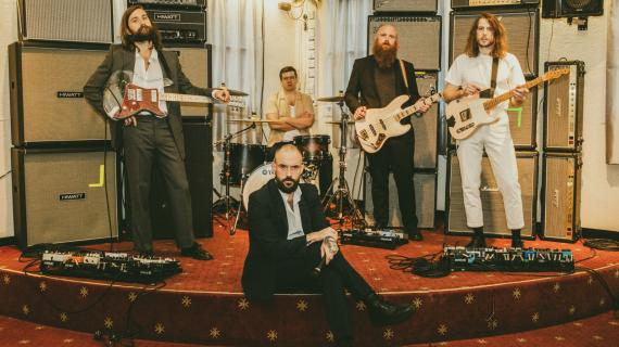"Vídeo: IDLES — ""Model Village"""