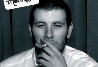 Este rapaz na capa do Arctic Monkeys virou músico; saiba mais