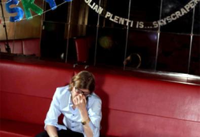 Vocalista do Interpol reaparece em projeto solo