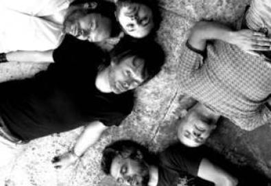 Líder do Radiohead convida músico brasileiro e Flea, baixista do Red Hot Chili Peppers, para sua nova turnê