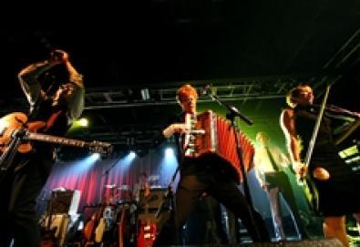 Arcade Fire faz versões de Cyndi Lauper, Stones e Blondie em show surpresa no Haiti