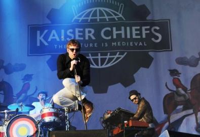 Membros do Kaiser Chiefs e Kate Nash limpam ruas de Londres; M.I.A. e Lily Allen comentam distúrbios