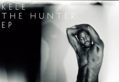 "Kele Okereke, vocalista do Bloc Party, divulga primeiro vídeo do EP ""The Hunter"""