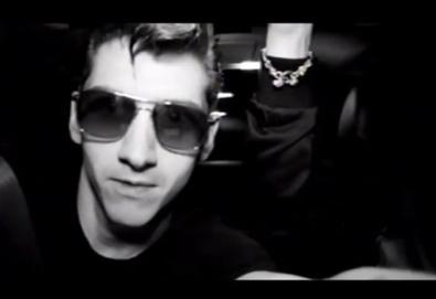 """Arctic Monkeys lança vídeo de faixa inédita; veja """"""""R U Mine?"""""""