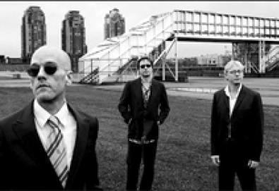 """Peter Buck do R.E.M pergunta: """"O que será preciso para vender discos hoje em dia?"""""""
