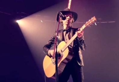 """Beck recria """"Sound and Vision"""" de David Bowie"""