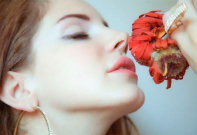 """Lana Del Rey faz versão de """"Chelsea Hotel #2"""" de Leonard Cohen; veja aqui"""