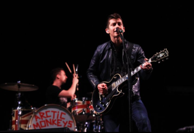 Arctic Monkeys se apresenta para 60 mil pessoas no Lollapalooza Brasil; assista aqui