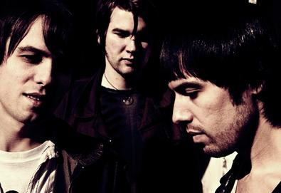 "The Cribs divulga segundo single de seu novo álbum; ouça ""Come On, Be A No One"""