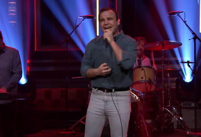 "Future Islands apresenta ""Ran"" no ""The Tonight Show Starring Jimmy Fallon"""
