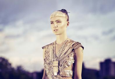 """Grimes estreia vídeo de duas músicas - """"Flesh Without Blood"""" e """"Life in the Vivid Dream"""" - do novo álbum"""