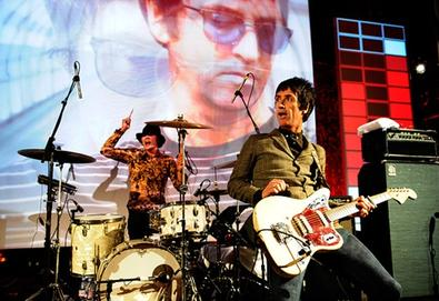 Johnny Marr e Andy Rourke, ex-Smiths, juntos no palco
