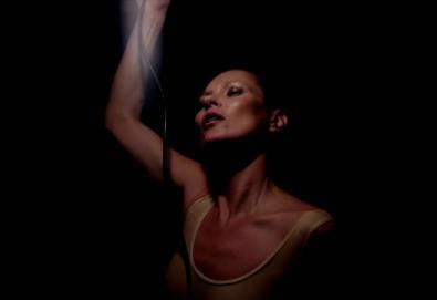 """Novo vídeo do Massive Attack é estrelado por Kate Moss; Veja """"Ritual Spirit"""""""