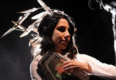 PJ Harvey divulga música em apoio a prisioneiro de Guantánamo