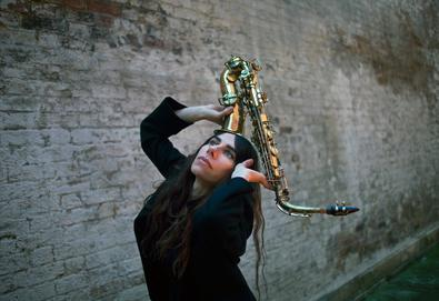 "PJ Harvey lança clipe de ""The Community Of Hope"""