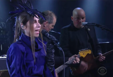 "PJ Harvey interpreta ""The Community of Hope"" no ""The Late Show with Stephen Colbert"""