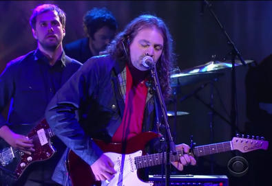 "The War On Drugs interpreta ""Holding On"" no ""The Late Show with Stephen Colbert"""
