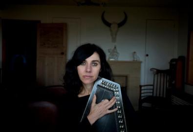 PJ Harvey gravará seu próximo álbum dentro de uma caixa de vidro em público