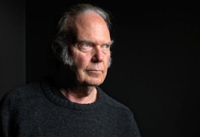 Neil Young resgata gravações de 1970 em novo álbum ao vivo