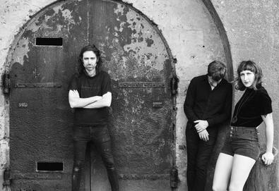 "Vídeo: A Place To Bury Strangers - ""There's Only One Of Us"""