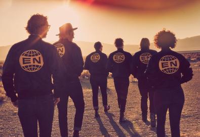 """Arcade Fire confirma novo álbum; Ouça """"Everything Now, faixa que dá título ao disco"""