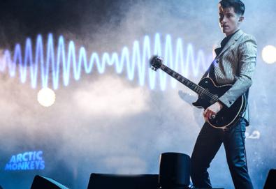 """Arctic Monkeys faz versão de """"Walk on the Wild Side"""" de Lou Reed"""