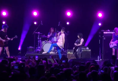 "Vídeo: Bikini Kill e Joan Jett interpretam ""Rebel Girl"""