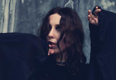 "Chelsea Wolfe prestes a lançar novo álbum; Ouça o single ""16 Psyche"""