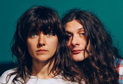 "Courtney Barnett e Kurt Vile lançam vídeo de uma música chamada ""Over Everything"""