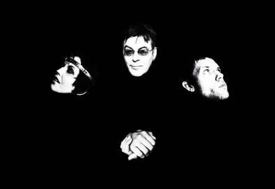 """D.A.R.K., projeto formado por Dolores O'Riordan (Cranberries) e Andy Rourke (Smiths), lança álbum em maio; Ouça a faixa """"Curvy"""""""