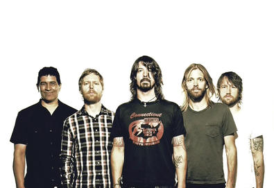 Foo Fighters cancela shows após Dave Grohl sofrer fratura na perna