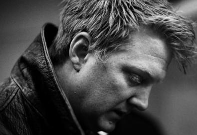Queens Of The Stone Age presta homenagem ao chef Anthony Bourdain
