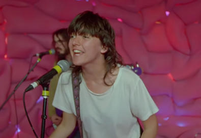 "Vídeo: Courtney Barnett — ""Everybody Here Hates You"""