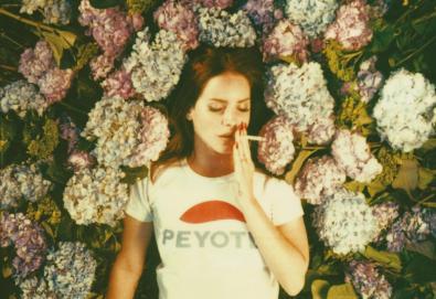 """Lana Del Rey divulga mais uma faixa de """"Honeymoon""""; ouça """"Music To Watch Boys To"""""""