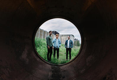 "METZ lançará seu terceiro álbum em setembro; Banda compartilha o single ""Cellophane"""