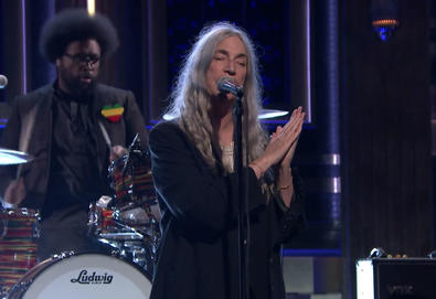 "Patti Smith interpreta ""People Have the Power"" no programa de tv ""The Tonight Show Starring Jimmy Fallon"""
