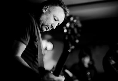 Peter Hook interpreta ao vivo primeiros discos do New Order