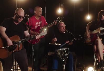 """Pixies estreia uma nova música - """"Um Chagga Lagga"""" - ao vivo"""