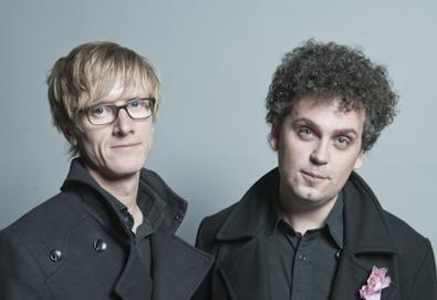 "Simian Mobile Disco lançará novo álbum em maio; ouça o single ""Caught In A Wave"""