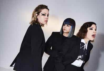 "Sleater-Kinney confirma novo álbum, 'The Center Won't Hold'; Ouça o single ""The Future Is Here"""