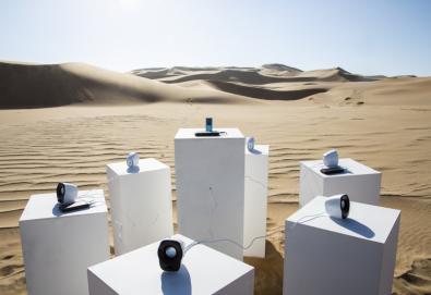"""Instalação artística toca """"Africa"""" do grupo Toto """"eternamente"""" no deserto do Namibe"""