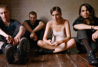 "Wolf Alice compartilha nova música; Ouça ""Don't Delete The Kisses"""
