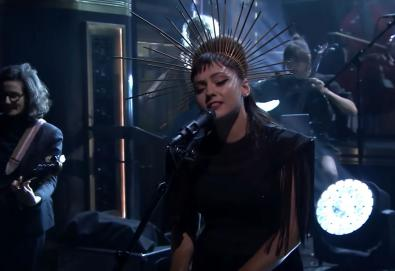 "Assista: Angel Olsen no ""The Tonight Show Starring Jimmy Fallon"""