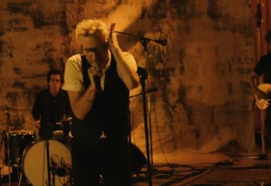 """Matt Berninger covers The Velvet Underground's """"I'm Waiting for the Man"""""""